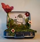 Le bagage ouvert vous propose un paysage fleuri et onirique qui rend hommage au chanteur Boby Lapointe.